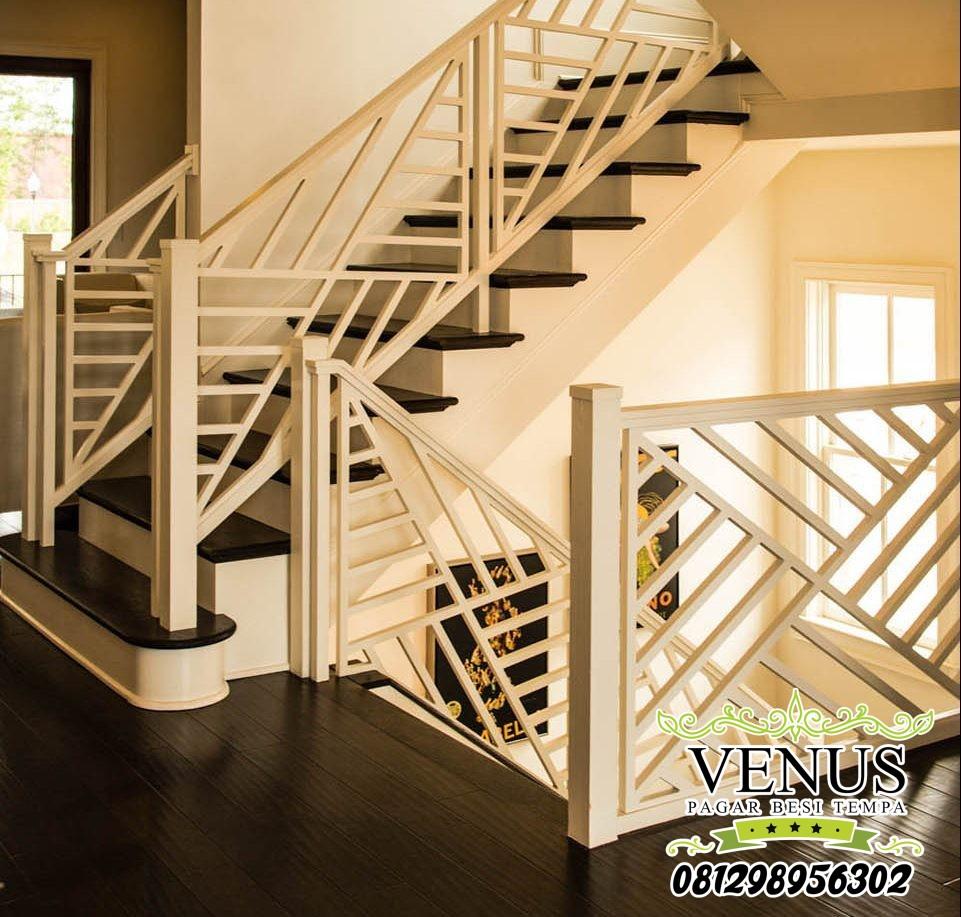 railing-tangga-minimalis-dengan-pola-unik-dari-rangkaian-besi-putih-e1555041358380